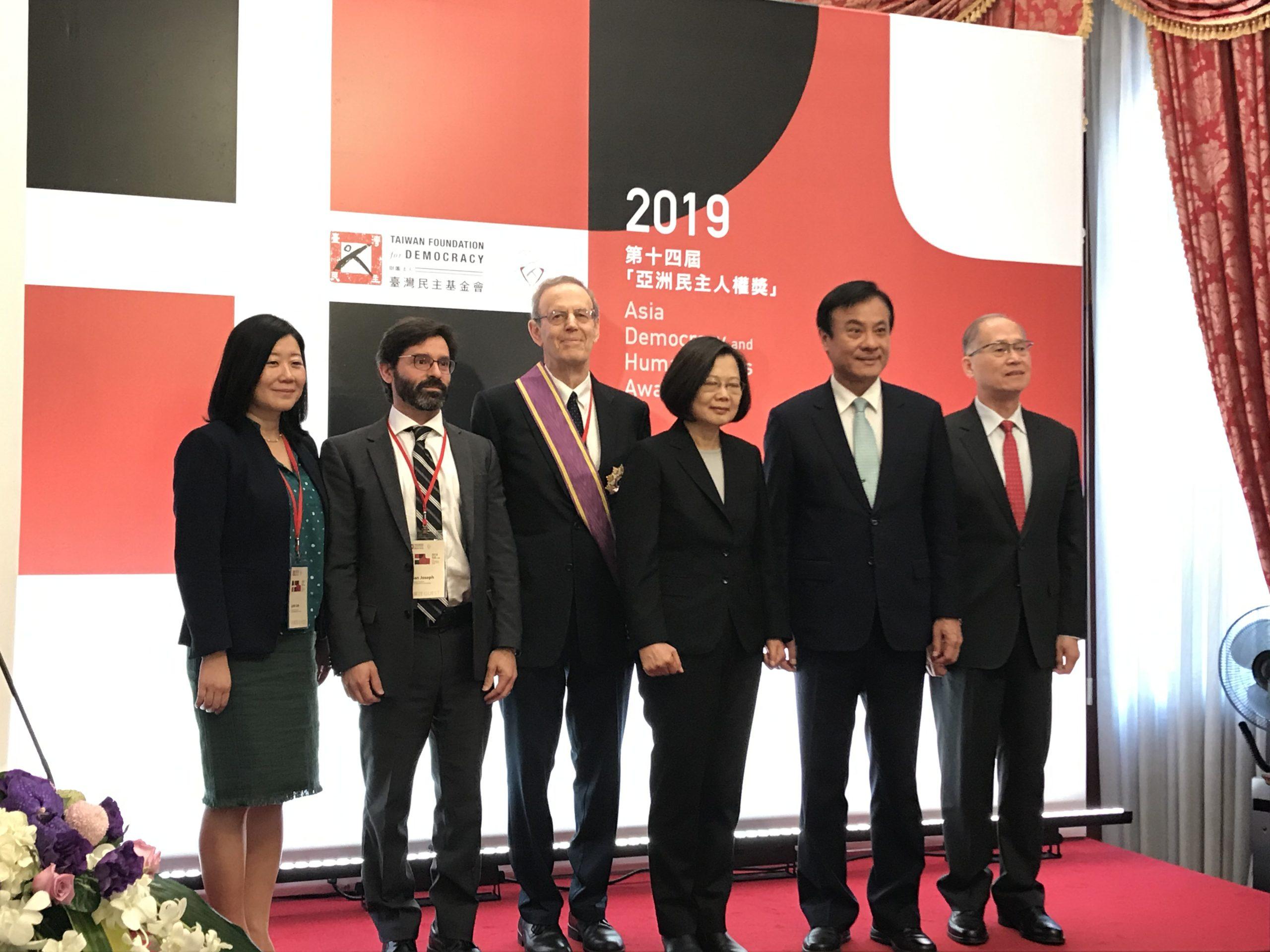 Carl Gershman accepts award from Taiwanese President